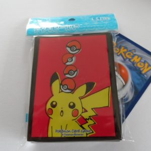 64 Japanse Pokemon TCG sleeves, kaart hoesjes Pikachu rood Pokeball